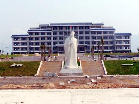 Чайный колледж Тяньфу в уезде Чжанпу украшает статуя Лу Юя