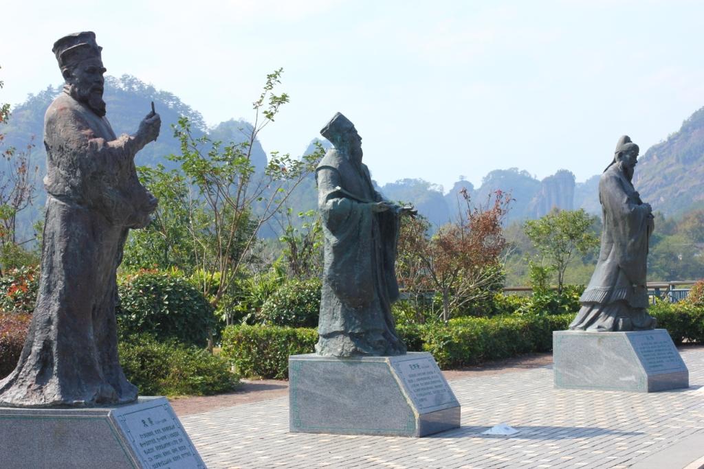 Слева - главный уишаньский философ Чжу Си, правее - автор первой оды уисскому чаю Фань Чжунъянь