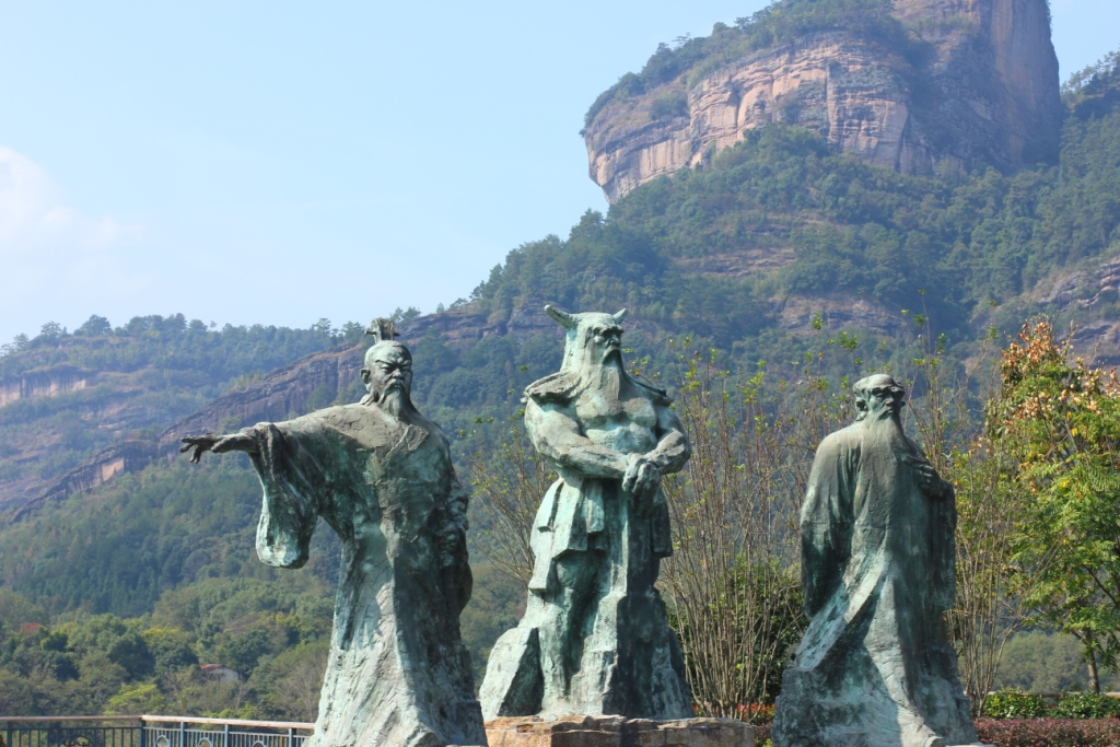 Три уишаньских богатыря. Слева - Правитель У И, в центре Шэнь Нун, справа - Пэн Цзу