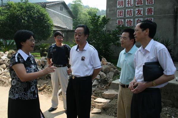 В центре - бывший мэр Уишани Чжан Цзяньгуан, автор публикуемого предисловия