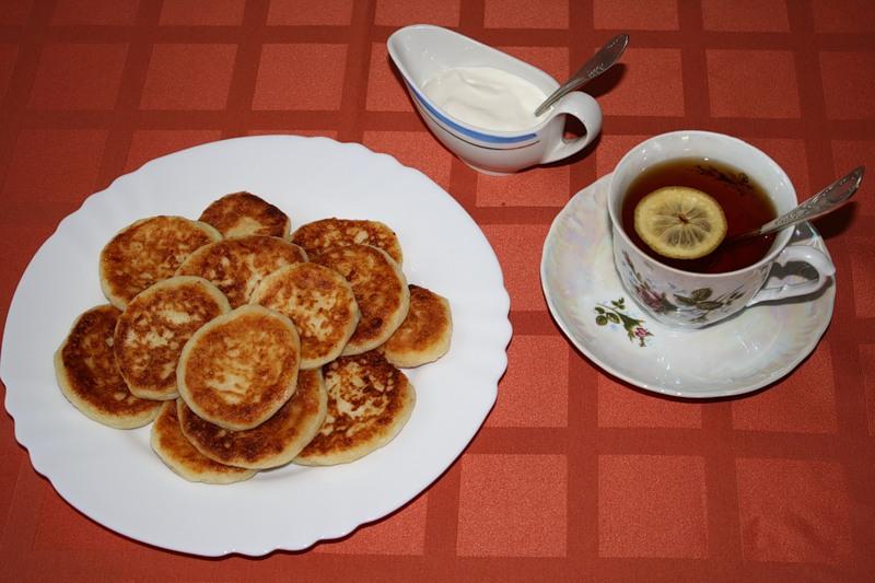 Пьём чай с сырниками из творога