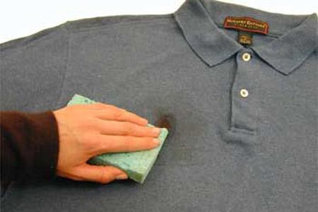 Как следует удалять пятна с одежды от чая?