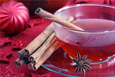 Черный чай с яблоком, медом и корицей