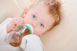 Чай для малышей: как правильно поить новорожденных