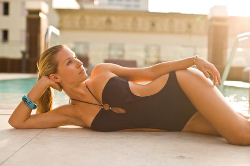 Модные закрытые купальники лета 2012