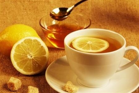 Чай с лимоном способен избавить от последствий застолья