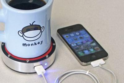 Не успели зарядить телефон перед выходом на работу? Налейте чаю!