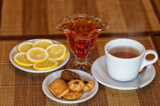 С чем обычно пьют чай?