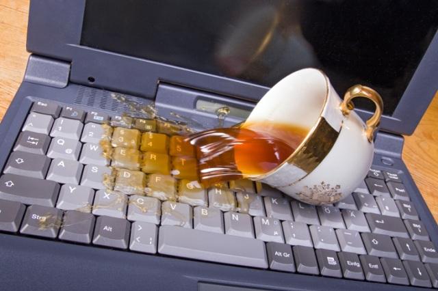 Пить чай возле компьютера опасно для здоровья