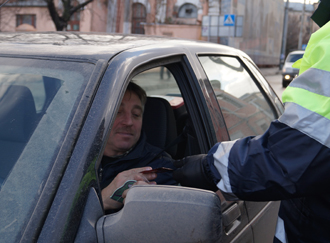 Полицейские дарили водителям чай на дорогах в Вологде