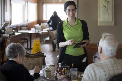 Три официантки получили на чай по пять тысяч долларов