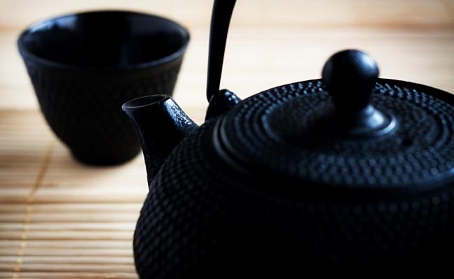 Когда кто-то наливает вам чай, то чайный этикет требует, чтобы вы в знак благодарности постучали по столу