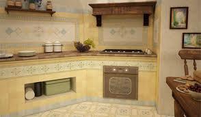 Укладываем плитку на стенку в кухне