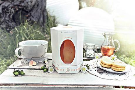 Раскрывшийся бутон цветка олицетворяет открытая упаковка чая Té Quiero