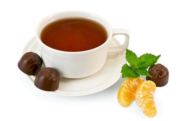 Праздничный летний чай с тропическими фруктами и ромом