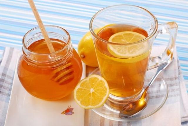 Людям, которые долгое время проводят за компьютером, стоит почаще пить чай с мёдом