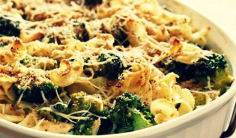 Макароны с колбасками и чесночные брокколи