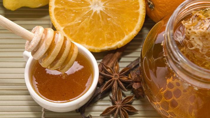 Врач: чай с лимоном при простуде не должен быть горячим, а мед нужно есть только отдельно