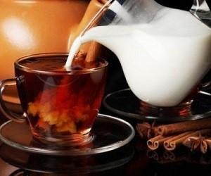 Исследователи рассказали, можно ли добавлять в чай молоко