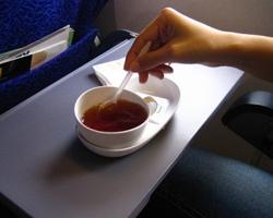 Авиакомпания обвиняется в подаче слишком горячего чая