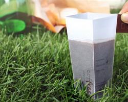 Из одноразового пакетика изобретена одноразовая чашка для чая
