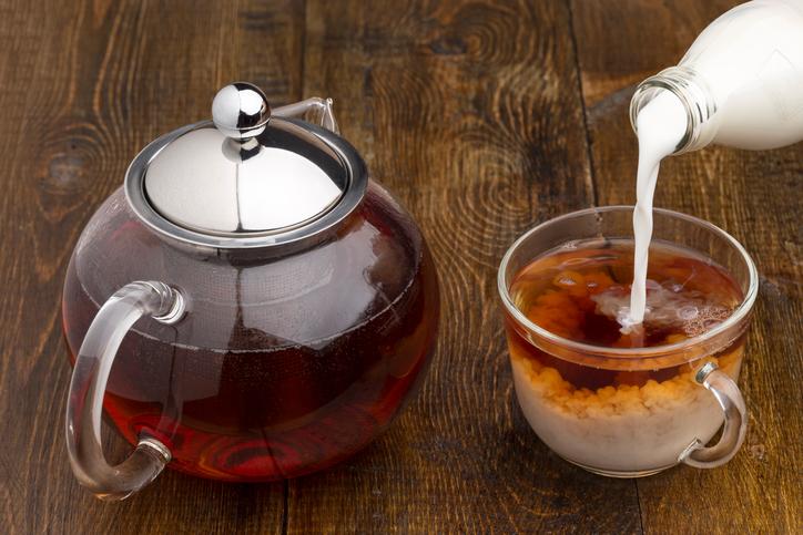 Чем опасно сочетание чая с молоком?