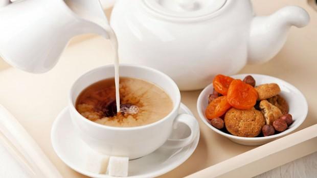 Добавление молока в чай может негативно отразиться на состоянии здоровья человека