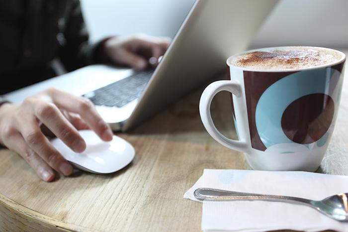 Исследователи не советуют пить чай или кофе в офисе