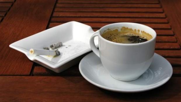 Курильщикам нужно чаще пить чай и кофе