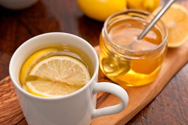 Во время простуды нельзя смешивать горячий чай с медом и лимоном