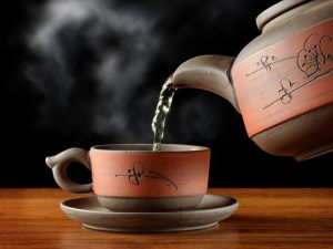 Врач: быстро привести давление в норму поможет сладкий чай и курага