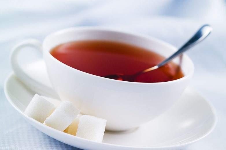 Врачи рассказали, чем опасен чай с сахаром