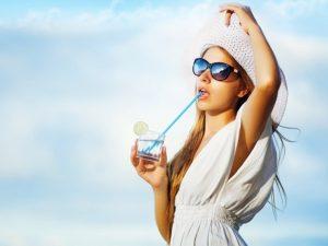 Диетолог рассказал, какие напитки лучше всего утоляют жажду в жару