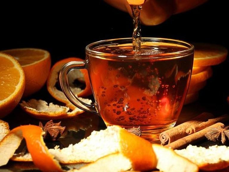 Во время простуды смешивать горячий чай с медом и лимоном бессмысленно — врач