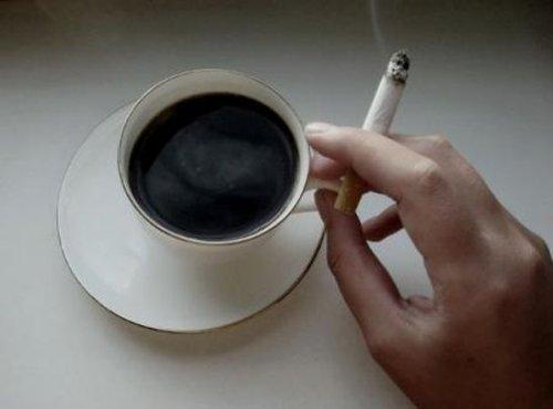 Курильщикам полезно пить много кофе и чая