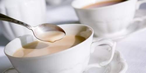 Диетологи назвали главную опасность чая с молоком