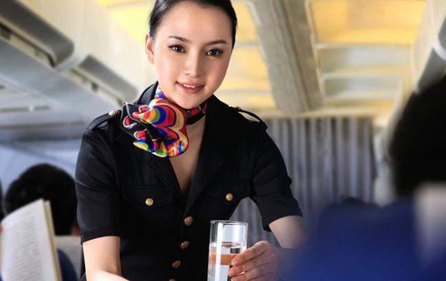 Медики объяснили, почему не стоит пить чай в самолете