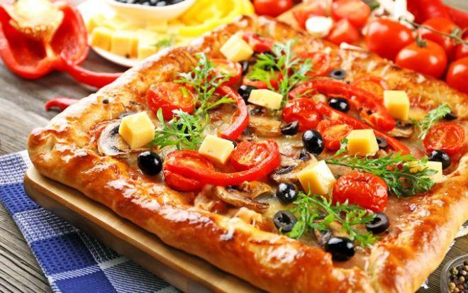 Вкусное угощение и простой рецепт: пицца на жидком тесте