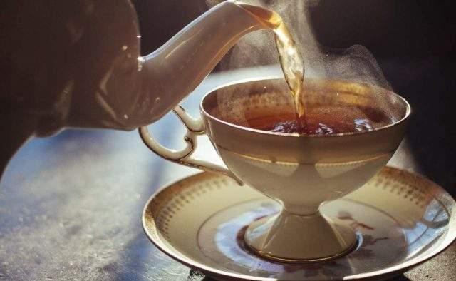 Медики объяснили, почему опасно пить горячий чай