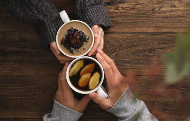 Чай укрепляет стенки сосудов, а кофе борется с мигренью. Какой напиток полезней