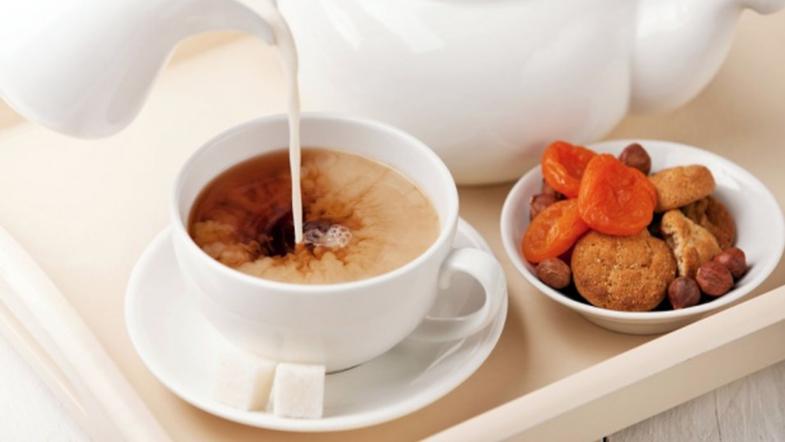 Почему не стоит пить чай с молоком — врачи