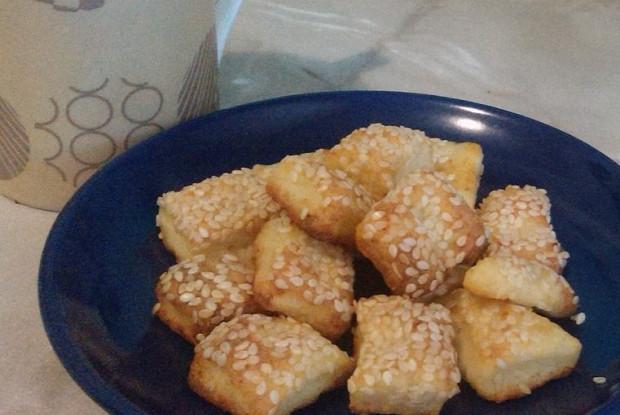 Как приготовить сырное печенье с кетчупом и кунжутом?