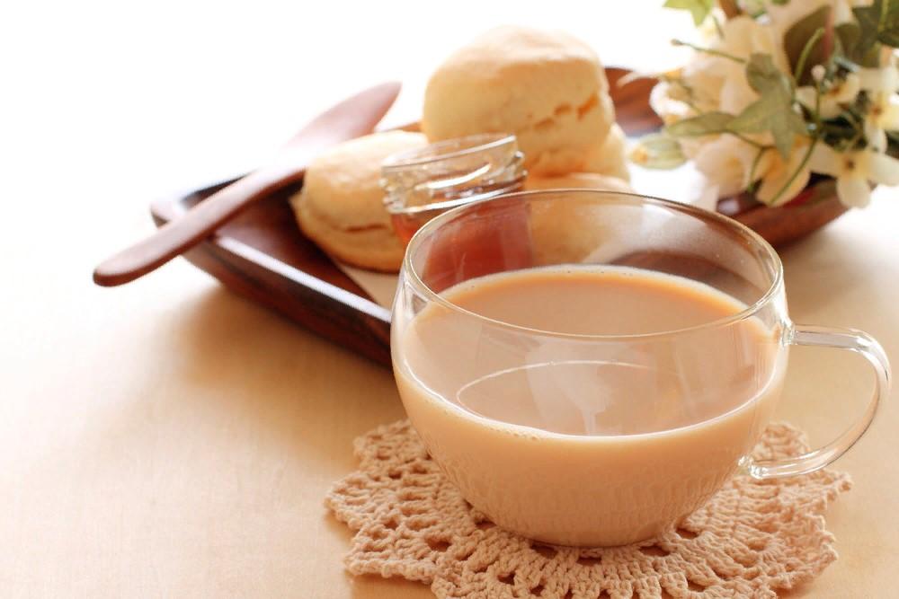 Как вкусно приготовить и подать чай с молоком