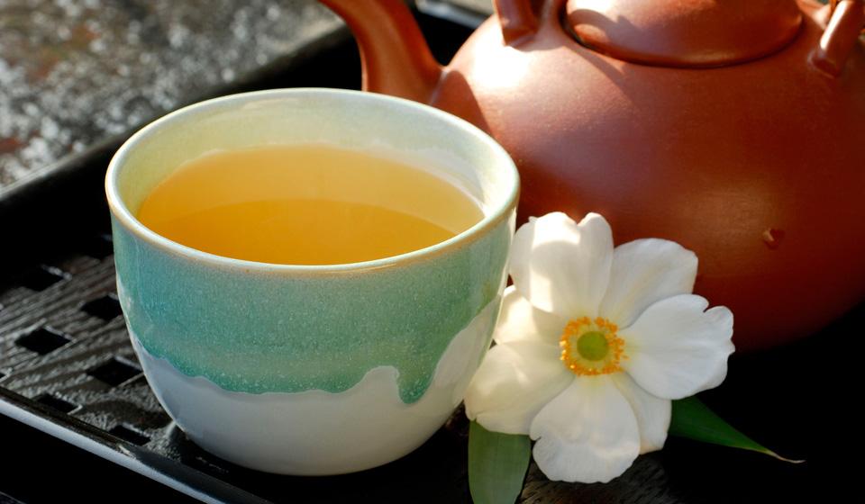 Ученые объяснили, почему фруктовые напитки и чай с лимоном вредят зубам