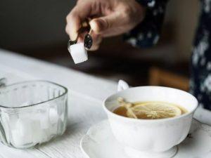 Медики рассказали, как может вредить привычка пить чай с сахаром