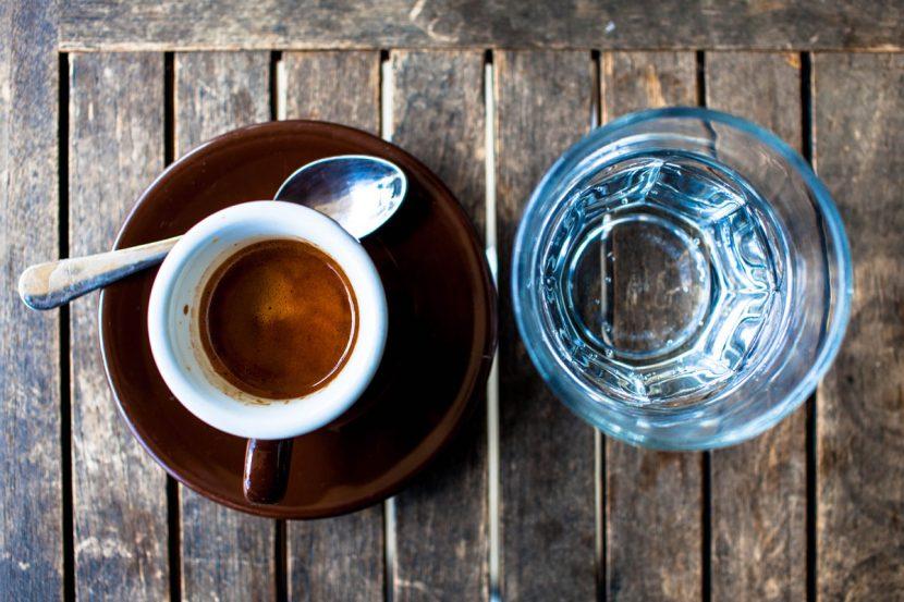 Чай и кофе нельзя пить без воды: это правда?