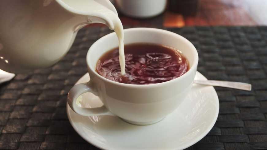 Почему не стоит добавлять в чай молоко