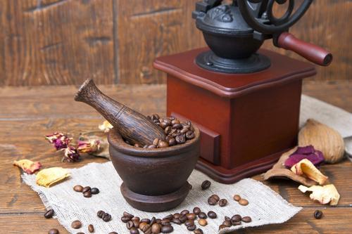 Какую лучше выбрать кофемолку: электрическую или ручную