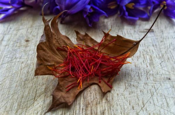Диетолог Халед Юсеф рассказал о пользе употребления чая с шафраном по утрам