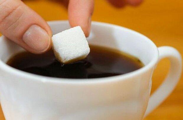 Медики предупредили о вреде чая с сахаром